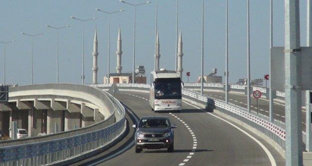 Merakla beklenen köprülü kavşak trafiğe açıldı