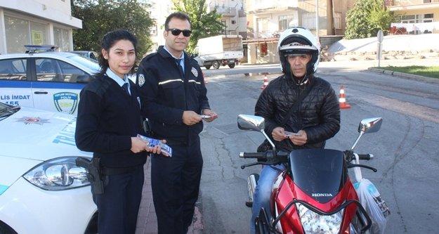 Motosiklet sürücülerine broşürlü kask uyarısı