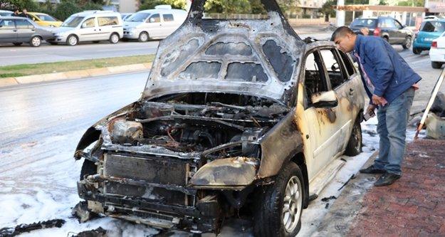 Park halindeki araç cayır cayır yandı