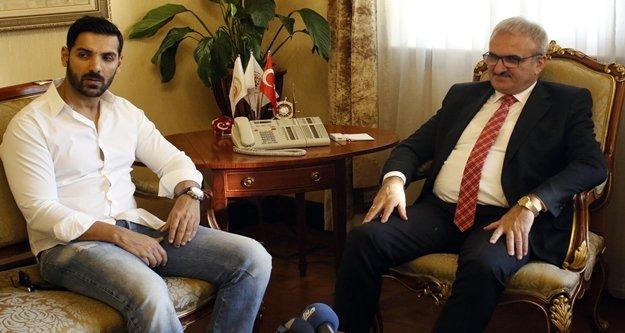 Vali Karaloğlu, Bollywood yıldızı Abraham'ı makamında kabul etti