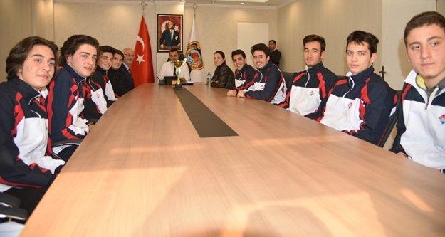 Bahçeşehir'in şampiyonları Yücel'i ziyaret etti