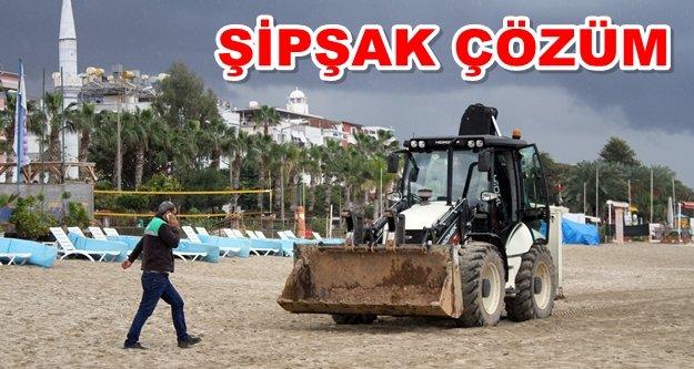 Alanya'da plaja sızan petrole anında müdahale