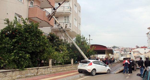Alkollü sürücünün çarptığı elektrik direği 4 katlı binanın üzerine devrildi