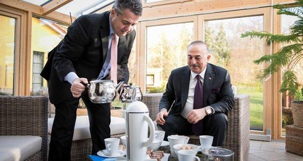 Alman Bakan Alanyalı Bakana evinde çay servisi yaptı