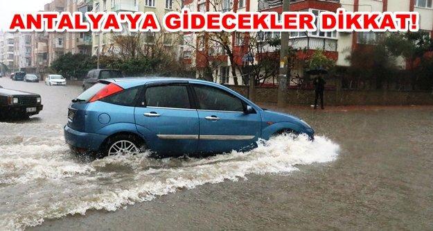 Antalya'da sağanak hayatı felç etti