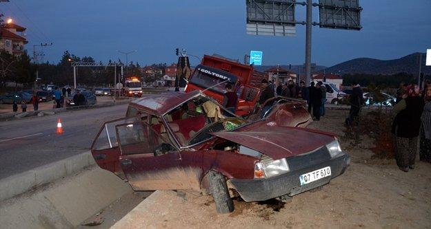 Kontrolsüz kavşakta kaza: 1 ölü, 2 yaralı