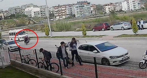 Motosikletin ön tekerleğini kaldırarak sürdü, okul servisine arkadan çarptı