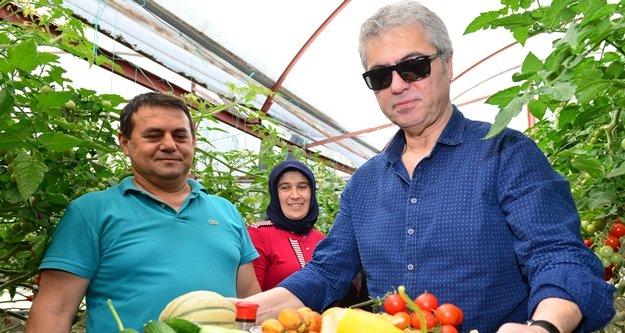Cengiz Kurtoğlu festivalde seraları gezip ürünlerin tadına baktı