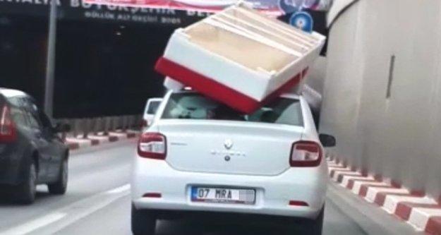 Otomobil tavanında bazalı yatak taşıdı
