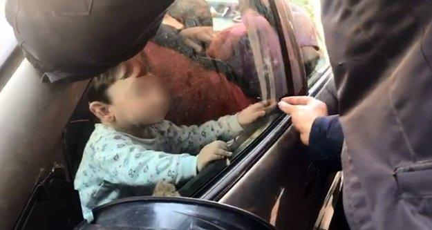 Otomobilin anahtarını alıp kendisini içeriye kilitledi
