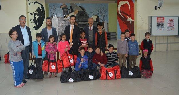 Suriyeli 84 öğrenciye giyim yardımı