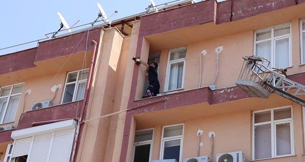 4.kattan düşmek üzere olan kedi son anda yakalandı