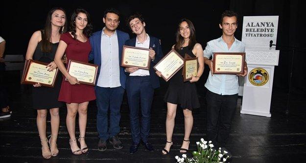 Alanya'da tiyatrocular ödüllendirildi