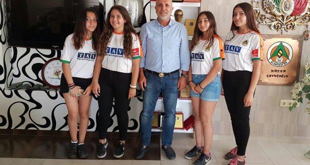 Çavuşoğlu'na öğrencilerden tebrik ziyareti