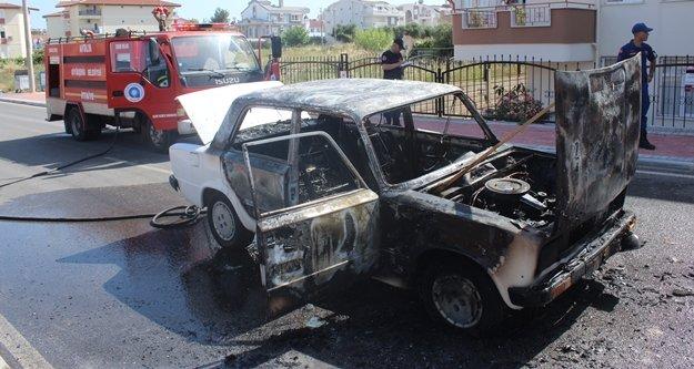Seyir halindeki araç yanarak küle döndü