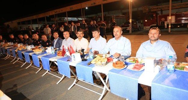 Çavuşoğlu ve Başkan Türel itfaiye erleri ile birlikte sahur yaptı
