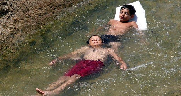 Denize gidemeyen çocukların su kanalında tehlikeli rafting keyfi