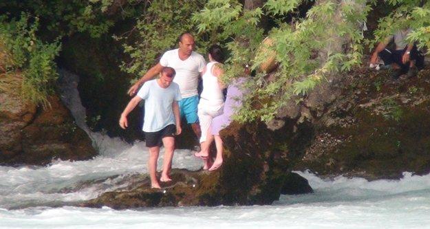 Irmakta mahsur kalan 4 kişi kurtarılmayı reddetti