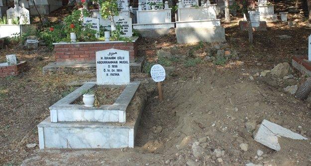 Mezar taşını söküp yanına 'Bu iş bitmedi' yazılı tabela diktiler