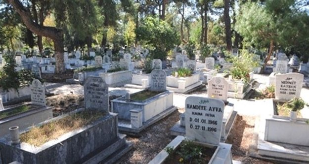 Mezarlık duvarına siyasi yazı yazan şahsa suçüstü