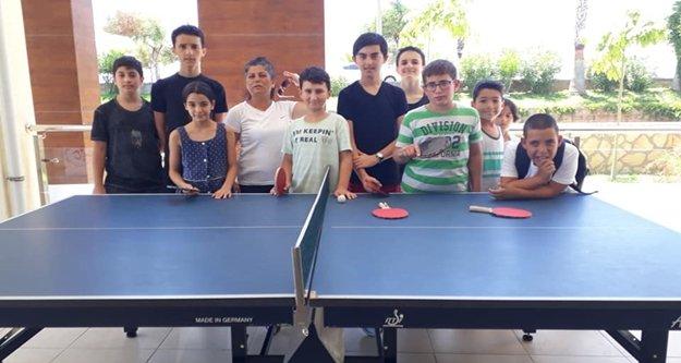 Alanyalı gençler masa tenisi oynuyor