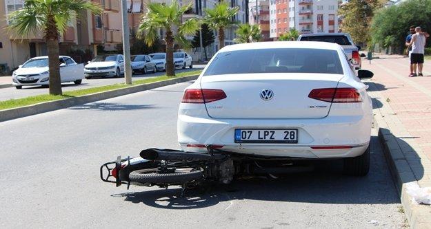 Motosiklet park halindeki otomobilin altına girdi: 1 yaralı