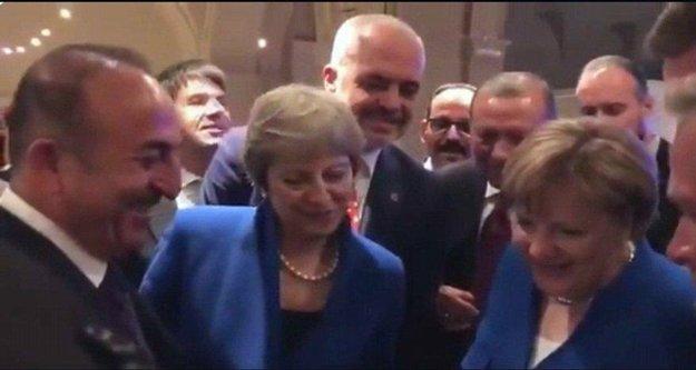 NATO Zirvesi'nde ilginç kare: Çavuşoğlu herkese izletti