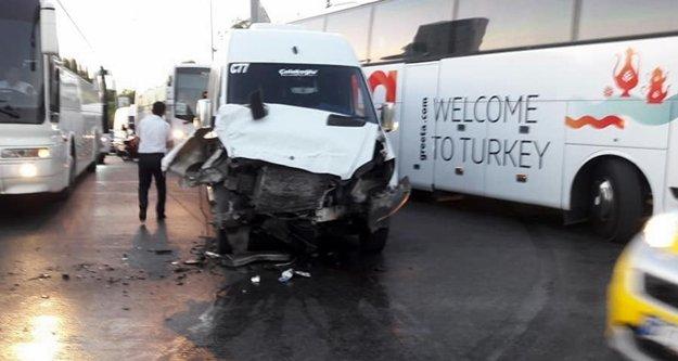 Servis araçlarının çarpıştığı kaza ucuz atlatıldı