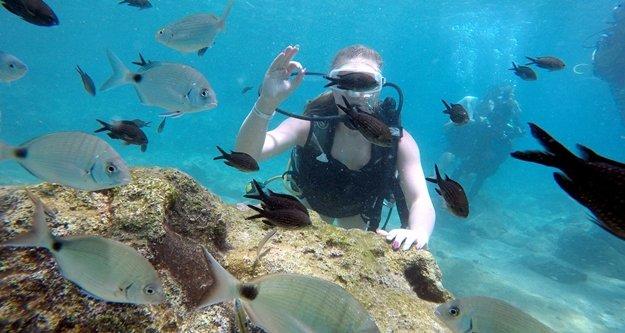 Turistlerin yeni gözdesi su altında ekmek...