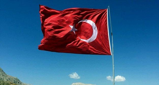 Başkan Yücel dev bayrağı anında yeniledi