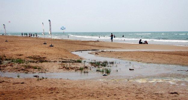 Denize dökülen atık sular tatilcileri rahatsız ediyor
