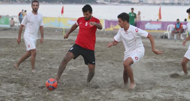 Plajda futbol heyecanı başladı