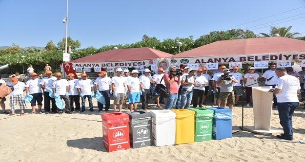 Alanya Belediyesi ve gönüllüler Plaj temizledi
