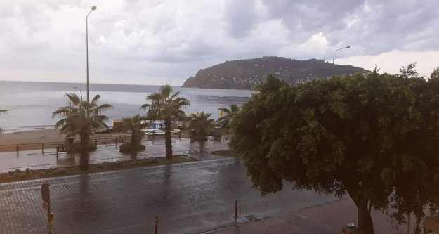 Alanya sabaha yılın ilk yağmuruyla uyandı