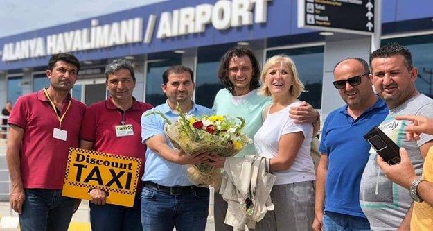 Bir milyonuncu yolcuya çiçekli karşılama