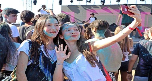 Gençler okul öncesi boya savaşında stres attı