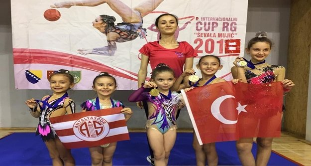Minik jimnastikçiler Saraybosna'dan madalyayla döndü