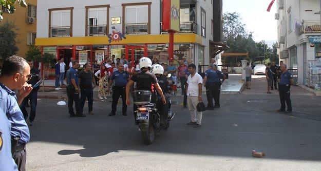 Polis, kendisine saldıran kişiyi ayağından vurdu