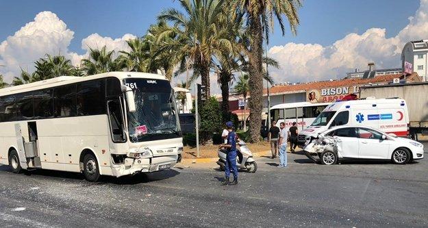 Alanya'da otobüs araçların arasına daldı