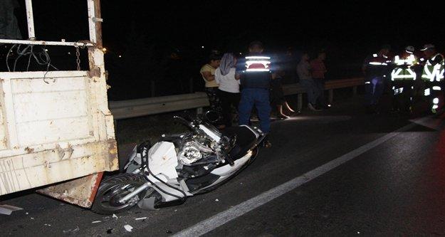 Motosiklet sürücüsü lastik değiştiren kamyonete çarptı