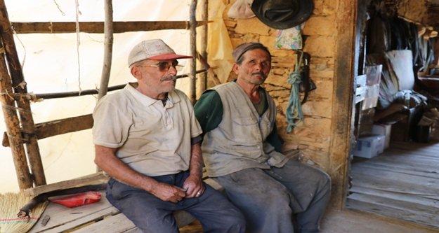 Kör, sağır ve dilsiz yaşlı kardeşlerin yaşam mücadelesi