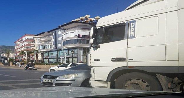 Alanya'da TIR ile otomobil çarpıştı