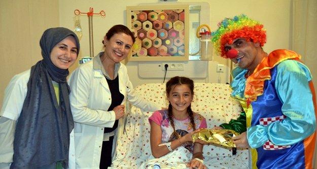 ALKÜ'den tedavi gören çocuklara renkli sürpriz
