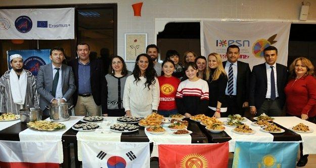 AÜ'lü gençler 'Kültürlerarası Yemek'te buluştu