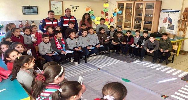 Alanya'da Jandarma öğrencilere trafiği aşıladı
