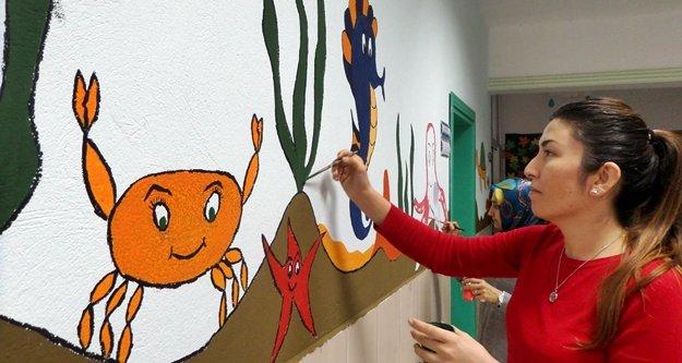Okul duvarlarını öğretmenler güzelleştiriyor
