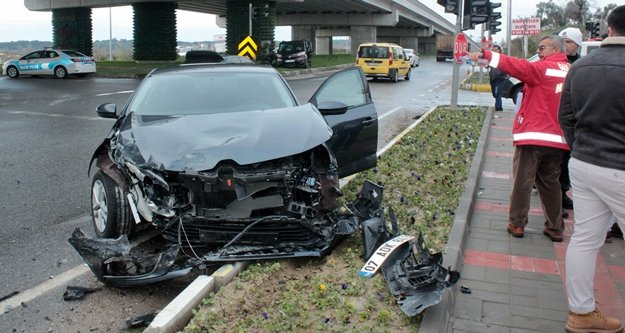Alanya'da araçların hurdaya döndüğü kazayı ucuz atlattı