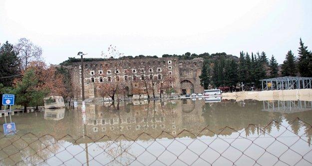 Antik tiyatro su altında kaldı