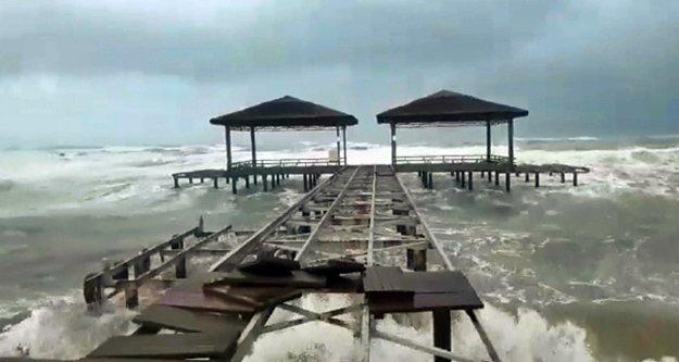 Şiddetli fırtına seraları yerle bir etti, denizde dev dalgalar oluşturdu!