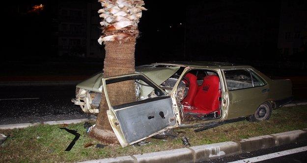Palmiye ağacına çarpan otomobil hurdaya döndü